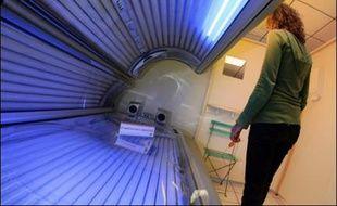Météo désastreuse oblige, la fréquentation des centres de bronzage monte en flèche, les vacanciers cherchant à compenser leur sevrage de soleil et à se donner bonne mine grâce aux cabines d'UV, faisant fi des mises en garde des dermatologues.