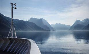 L'express côtier norvégien trouble à peine la surface immobile des fjords. Un voyage féérique de 2.400 kilomètres jusqu'à la frontière russe.