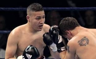 Le boxeur français Fatah Hou (g) à la lutte contre Maksims Ivancikovs durant un championnat du monde poids lourds, le 9 avril 2010, à Massy dans l'Essonne