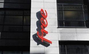 Le logo de l'opérateur Free sur la façade du siège de sa maison-mère Iliad, à Paris