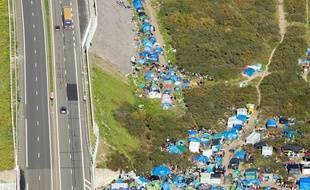 Une partie du camp de migrants de Calais, près de la rocade portuaire