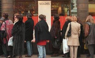 Une habitante de Los Angeles a aspergé d'autres clients d'un grand magasin à la bombe au poivre vendredi pour les empêcher de mettre la main sur les articles soldés à l'occasion du coup d'envoi des ventes de fin d'année aux Etats-Unis, a rapporté le Los Angeles Times.