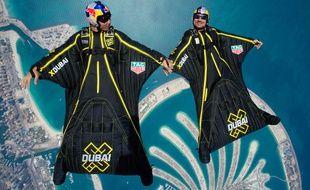 Les Soul Flyers Vince Reffet et Fred Fugen, ici lors d'un vol en wingsuit à Dubaï en 2017.  Max HAIM