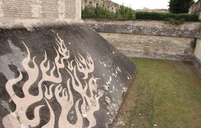 Le graffiti inversé dans les douves.