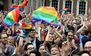 """Des partisans du mariage homosexuel célèbrent la victoire du """"oui"""" au référendum, le 23 mai 2015 à Dublin, en Irlande"""