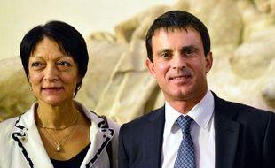 Le ministre de l'Intérieur français Manuel Valls pose avec la présidente d'Interpol, Mireille Ballestrazzi, à l'ambassade de France à Rome le 5 novembre 2012.