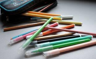 Une trousse et des feutres de couleur (illustration).