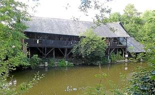 Situé sur les bords de l'Ille, le lavoir de Chézy a été construit en 1880.