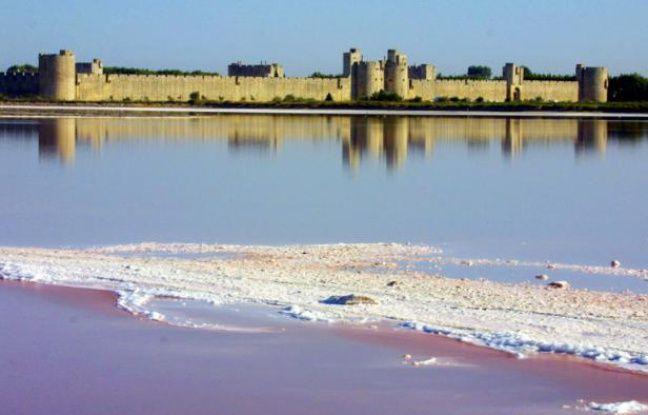 Une couche de sel flotte, le 16 août 2001, devant les remparts d'Aigues-Mortes. Aigues-Mortes fut construite pendant la décennie de 1240, au milieu d'étangs et de marécages, à moins de 15 kilomètres à l'ouest du delta rhodanien.