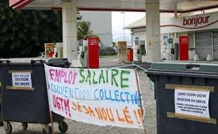 FRANCE (MARTINIQUE), Fort-de-France : This picture taken on August 17, 2009 in Fort-de-France in the West Indies French Island of La Martinique shows a closed pretrol station. About 95 petrol stations of the island are closed after the employees went on strike to call for the implementation of the 5 February labour agreements.