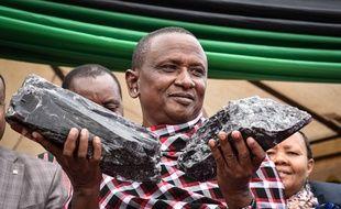 Le mineur Saniniu Kuryan Laizer pose fièrement avec les deux morceaux de tanzanite découverts.