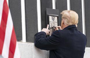Le président Donald Trump signe une plaque sur une section du mur frontalier américano-mexicain, mardi 12 janvier 2021, à Alamo, au Texas.