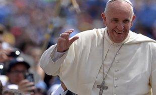 Le pape François salue la foule sur la place Saint-Pierre du Vatican le 13 juin 2015