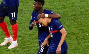 Paul Pogba console Kylian Mbappé après son tir au but manqué face à la Suisse, le 28 juin 2021 à Bucarest.