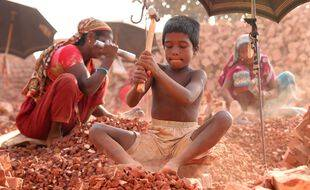 Junaed Hossain, 8 ans, travaille dans un chantier de casse de briques à Dhaka. Les enfants travailleurs au Bangladesh gagnent environ 150 BDT (1,87 $) par jour.