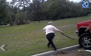Mamie Badass n'a pas peur des serpents (vidéo)