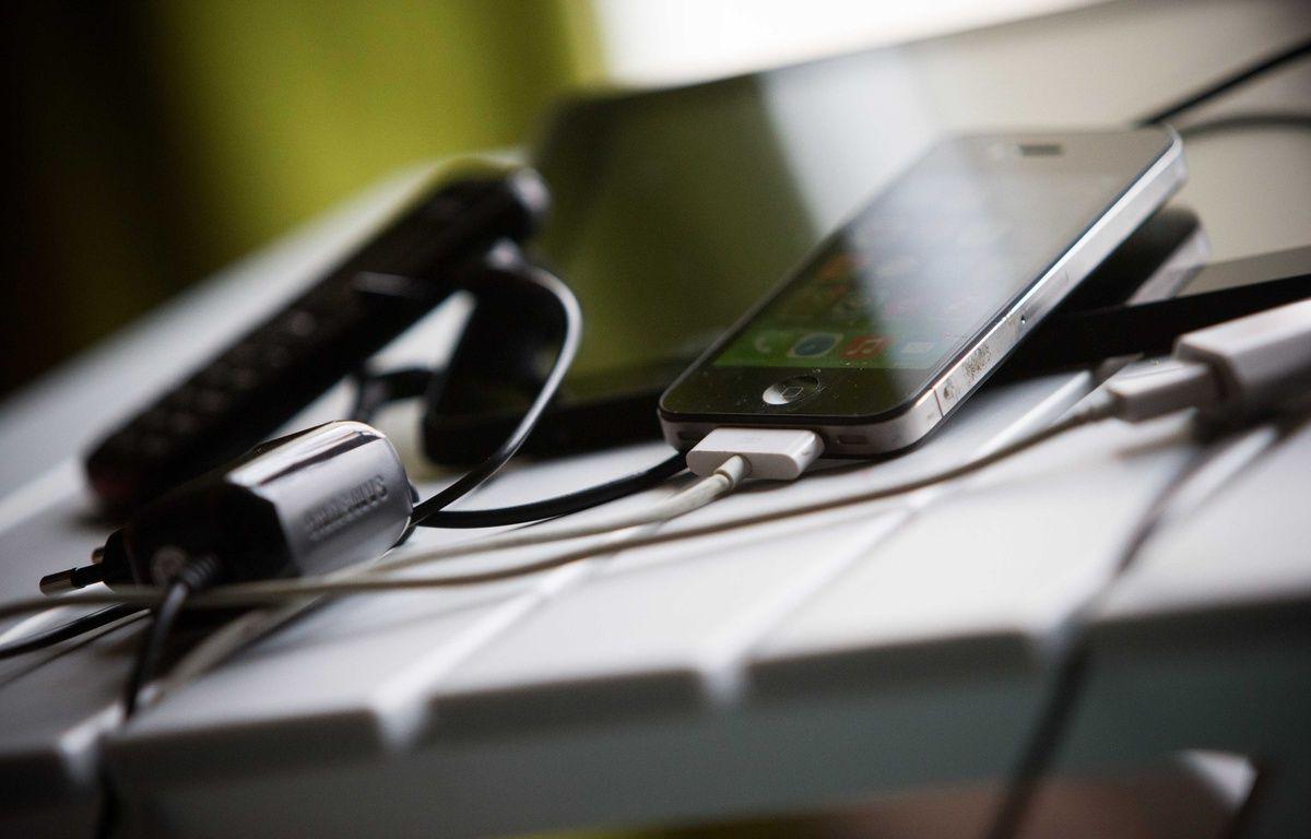 Tablette et téléphone portable. Illustration. – Pouzet / SIPA