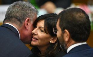 Le maire de New York, Bill de Blasio, embrasse son homologue de Paris, Anne Hidalgo, sous les yeux du premier édile de Rome, Ignazio Marino, le 21 juillet 2015 au Vatican