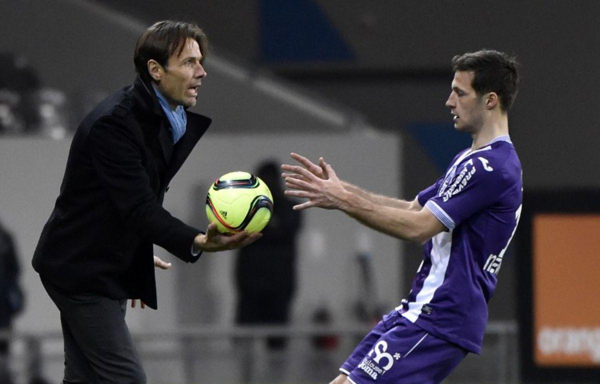 L'entraîneur du TFC Dominique Arribagé avec le défenseur Uros Spajic lors du match de Ligue 1 contre le Gazélec Ajaccio, le 20 février 2016 au Stadium de Toulouse. – P. Pavani / AFP