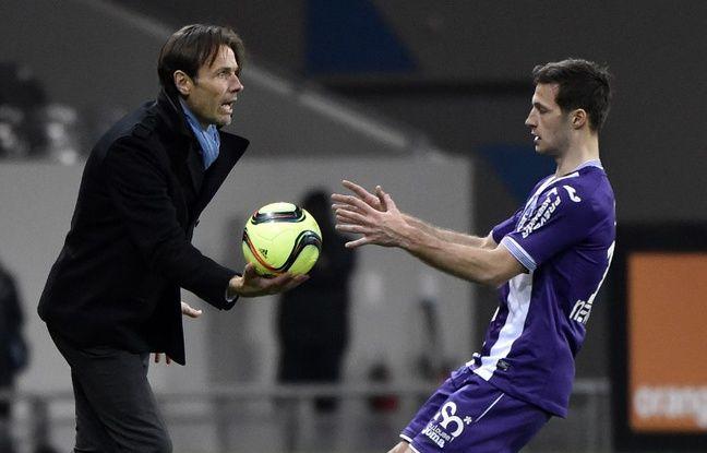 L'entraîneur du TFC Dominique Arribagé avec le défenseur Uros Spajic lors du match de Ligue 1 contre le Gazélec Ajaccio, le 20 février 2016 au Stadium de Toulouse.