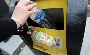 Un containeur de recyclage des bouteilles en plastique