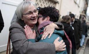 Des employés des abattoirs AIM (Abattoirs industriels de la Manche) se réconfortent le 31 mars 2015 à l'issue d'une audience devant le tribunal de commerce de Coutances (Manche)