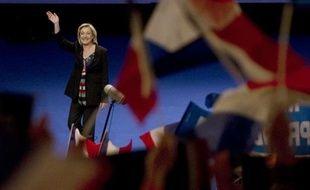 """Marine Le Pen a brandi un """"carton rouge"""" à Nicolas Sarkozy dimanche lors de son meeting à Lille, appelant les électeurs à """"sanctionner"""" le chef de l'Etat dès le 1er tour."""
