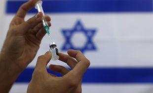 Une dose de vaccin Pfizer/BioNTech en préparation en Israël.