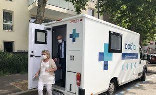 La maire de Givors Christiane Charnay et le président d'Aceso Jean-Louis Touraine ont visité la camionnette médicale Dok'ici lundi.
