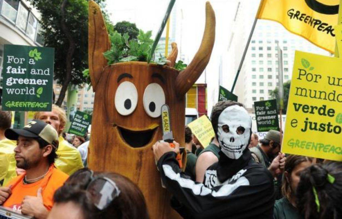 Brandissant pancartes, ballons et tronçonneuses, des dizaines de milliers de manifestants du Sommet des peuples ont défilé mercredi dans la bonne humeur dans le centre-ville pour exiger une transformation radicale de l'économie, en marge de la conférence de l'ONU Rio+20. – Vanderlei Almeida afp.com