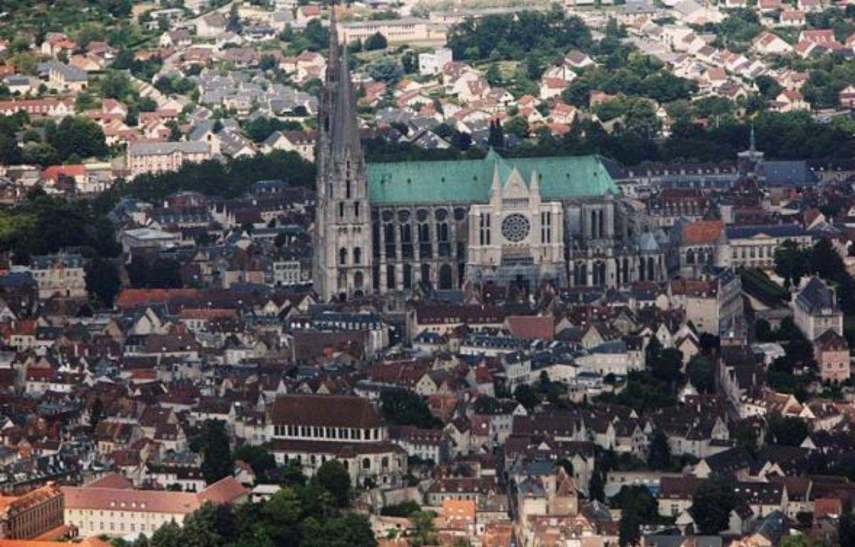 Un homme s'est retranché pendant près de deux heures jeudi après-midi en haut du portail nord de la cathédrale de Chartres pour dénoncer, comme à Nantes la semaine dernière, un problème de garde d'enfant, avant de se laisser arrêter, a-t-on appris de source policière. – Loic Venance AFP