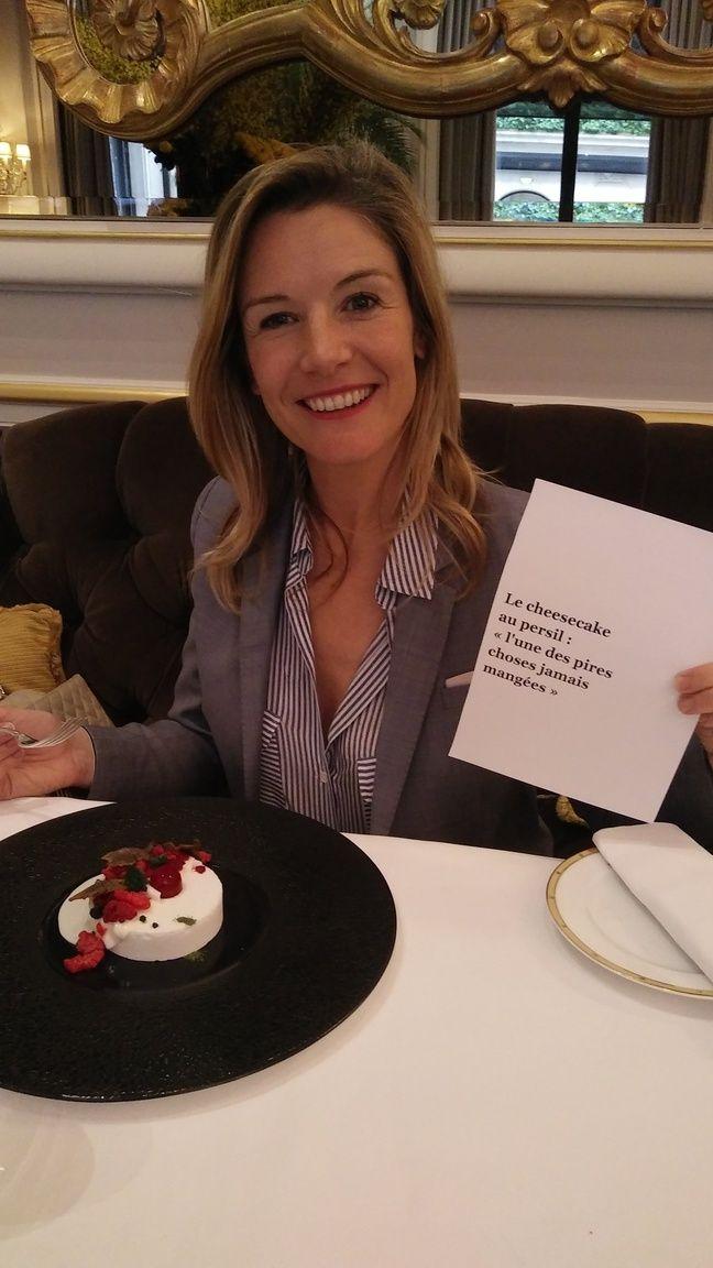 Louise Ekland sur le point de s'attaquer au cheese cake qu'a critiqué le jounaliste anglais.