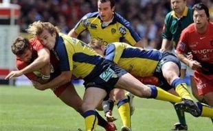 Clermont a creusé l'écart en tête du Top 14 de rugby grâce à sa victoire (23-11) à Toulouse, son principal poursuivant désormais distancé de cinq points, tandis que Perpignan a conservé sa quatrième place devant Biarritz grâce à son succès bonifié contre Bayonne (38-13).