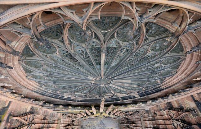 Strasbourg le 31 03 2016. Préparatifs éclairage de mise en valeur de la cathédrale. Près de 650 points de lumières vont être installés.