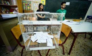 Une urne prête à recueillir les votes des Grecs dans une salle de classe transformée en bureau de vote à Athènes, le 5 juillet 2015
