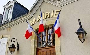 Illustration de la façade de la mairie de La Chapelle Saint-Aubin (Sarthe) décorée de drapeaux français, le 7 mai 2017