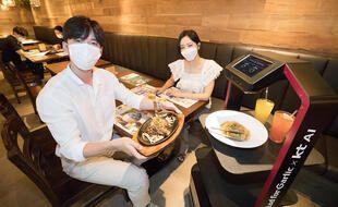 Les robots serveurs pour faire face au coronavirus dans les restaurants en Corée