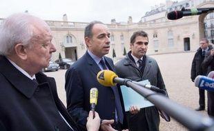"""Jean-François Copé, dont l'élection à la présidence de l'UMP est contestée par son rival François Fillon, a estimé mardi sur France Info que l'heure n'était pas à """"revoter tout de suite"""" et il a assuré que son parti """"est en plein développement""""."""