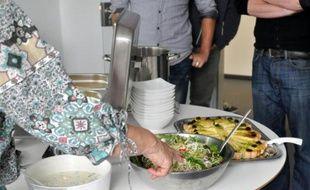 Angela Runge, 63 ans, sert le repas qu'elle a préparé pour les employés d'une entreprise informatique à Berlin, le 8 mai 2014