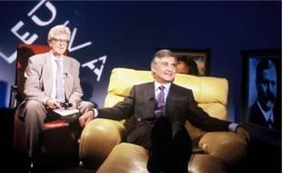 Le divan de Chapier a laissé place au canapé de Drucker ou au sofa de la chaîne E !.