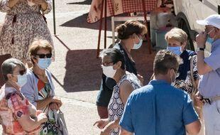 Illustration de personnes portant un masque dans la rue.