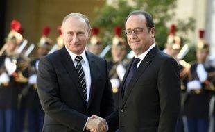 Poignée de mains entre le président russe Vladimir Poutine et François Hollande le 2 octobre 2015 à l'Elysée à Paris