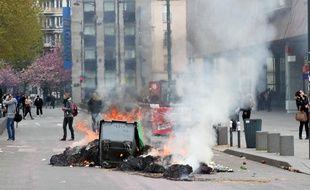 Un feu allumé esplanade de Gaulle à Rennes lors de la manifestation contre la loi Travail le 28 avril 2016.
