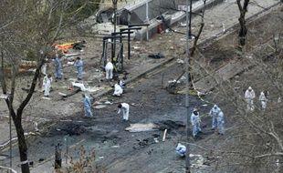 Des experts scientifiques enquêtent le 14 mars 2016, au lendemain de l'explosion d'une voiture piégée qui a fait au moins 35 morts à Ankara
