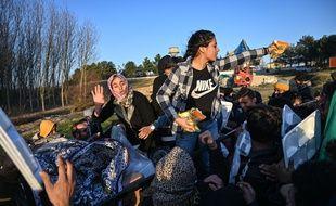 Des migrants dans la province turque d'Edirne, proche de la frontière grecque, le 2 mars 2020.