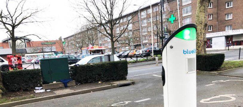 Une borne de recharge  BlueLib pour voitures électriques ou hybrides, installée à Roubaix.