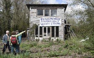 Des occupants de la ZAD de Notre-Dame-des-Landes devant une cabane menacée d'expulsion.