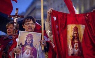"""Des milliers de fondamentalistes catholiques ont manifesté samedi à Paris contre la """"christianophobie"""" et environ 200 ont prié près du Théâtre de la Ville où se joue une pièce qu'ils jugent """"blasphématoire"""" et contre laquelle ils protestent depuis plus d'une semaine."""