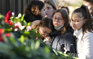 Les étudiants se rassemblent devant l'Université d'Etat de Perm à la suite d'une fusillade sur le campus, en Russie, le mardi 21 septembre 2021.