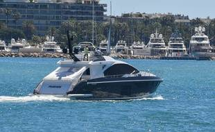 Un yacht rentre au port Pierre-Canto, à l'est de Cannes, le 12 mai 2020